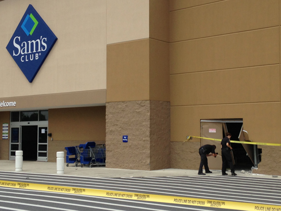 Medical students helped victim after car crashed into Sam's Club (Video)