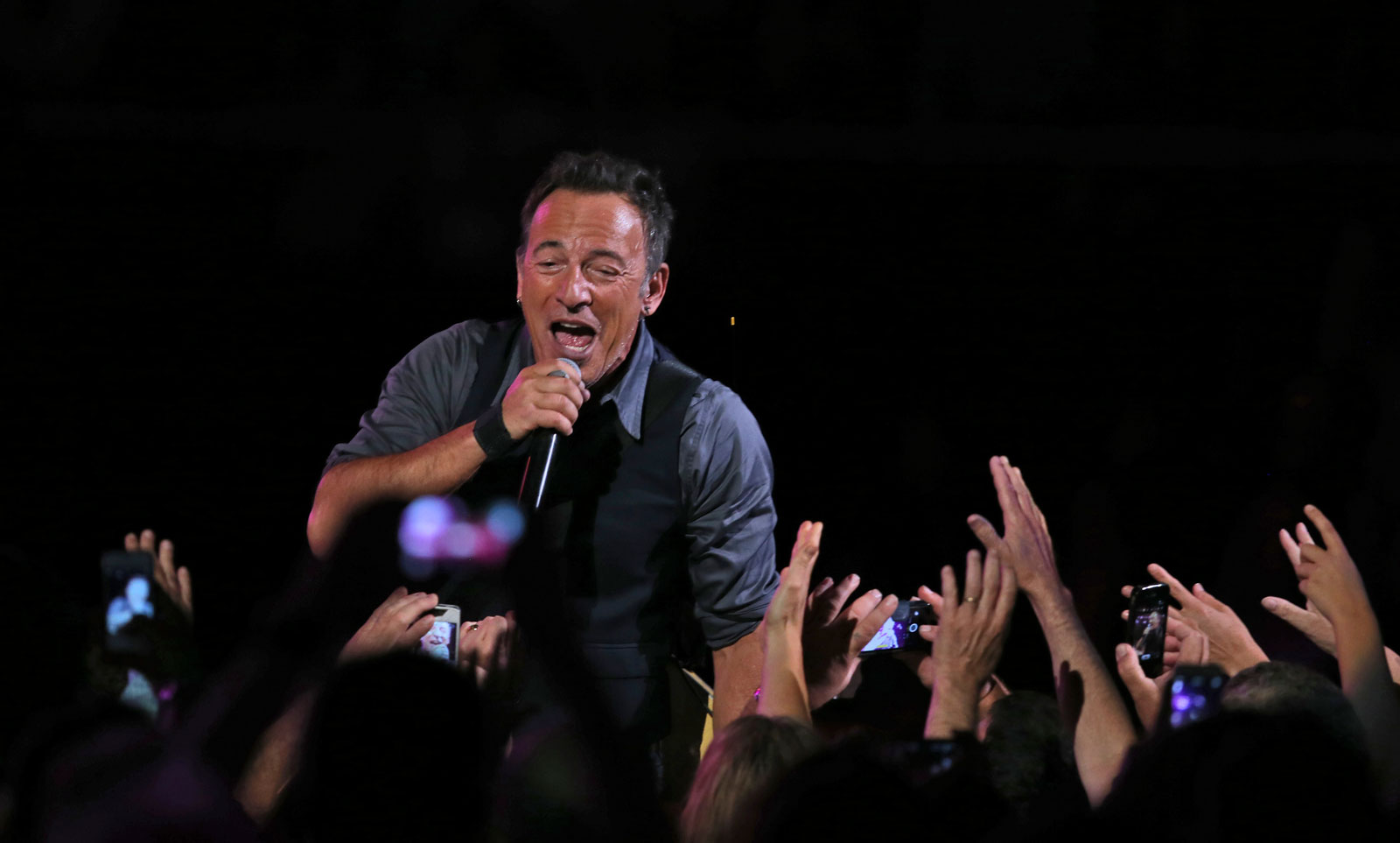 Springsteen pays tribute to Bee Gees, AC/DC in concert