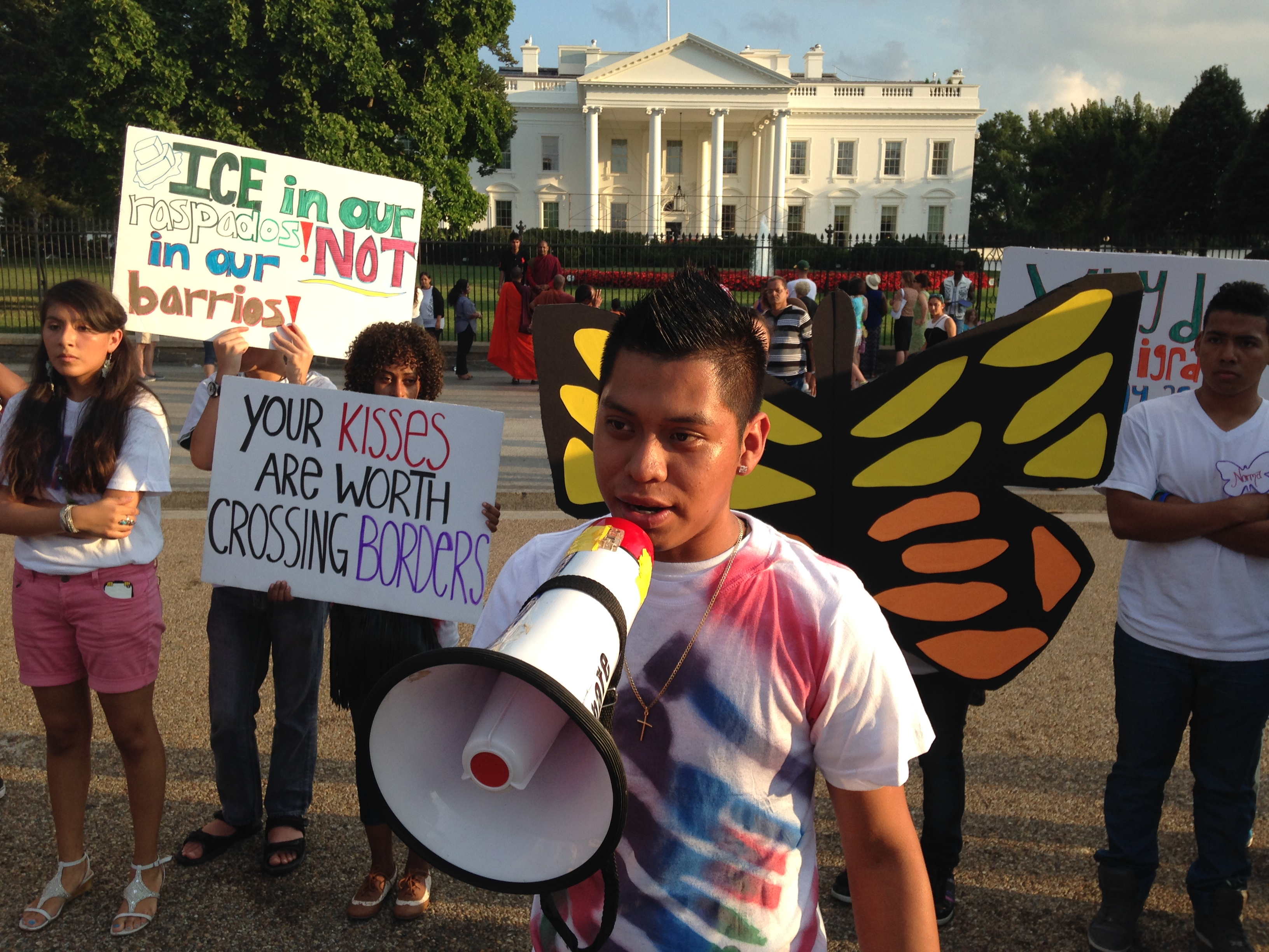 Demonstrators seek better treatment of border kids