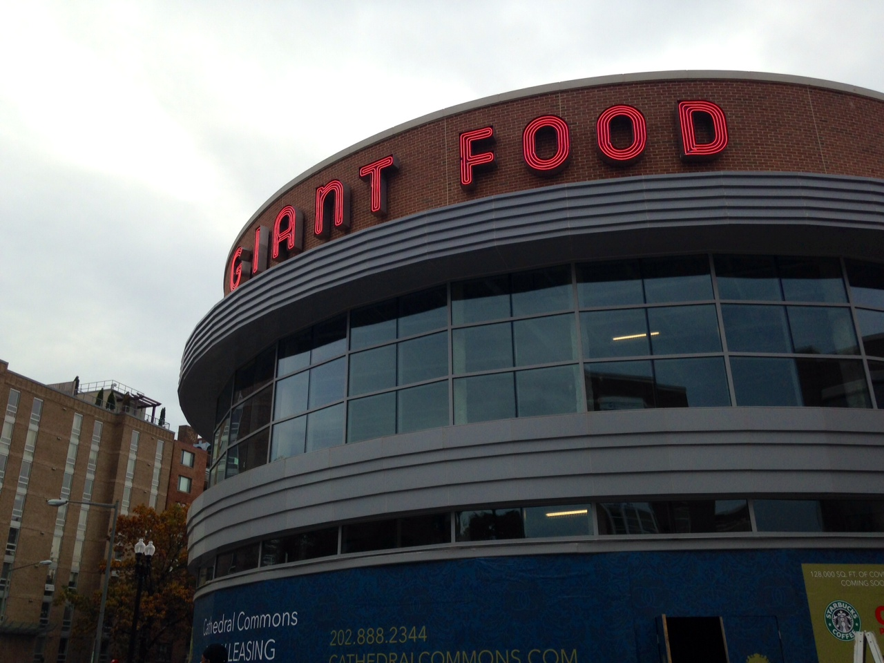 Drink while you shop: Giant Food opens in new NW development