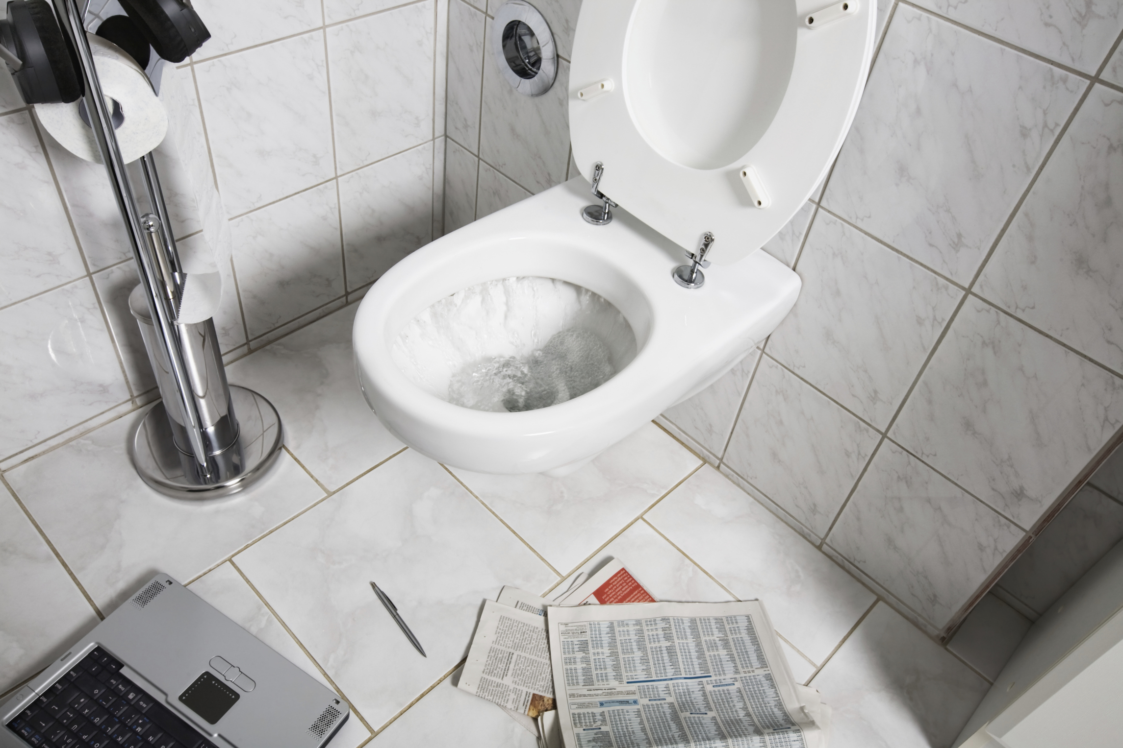 Boyfriend invents way to keep girlfriend from falling in toilet