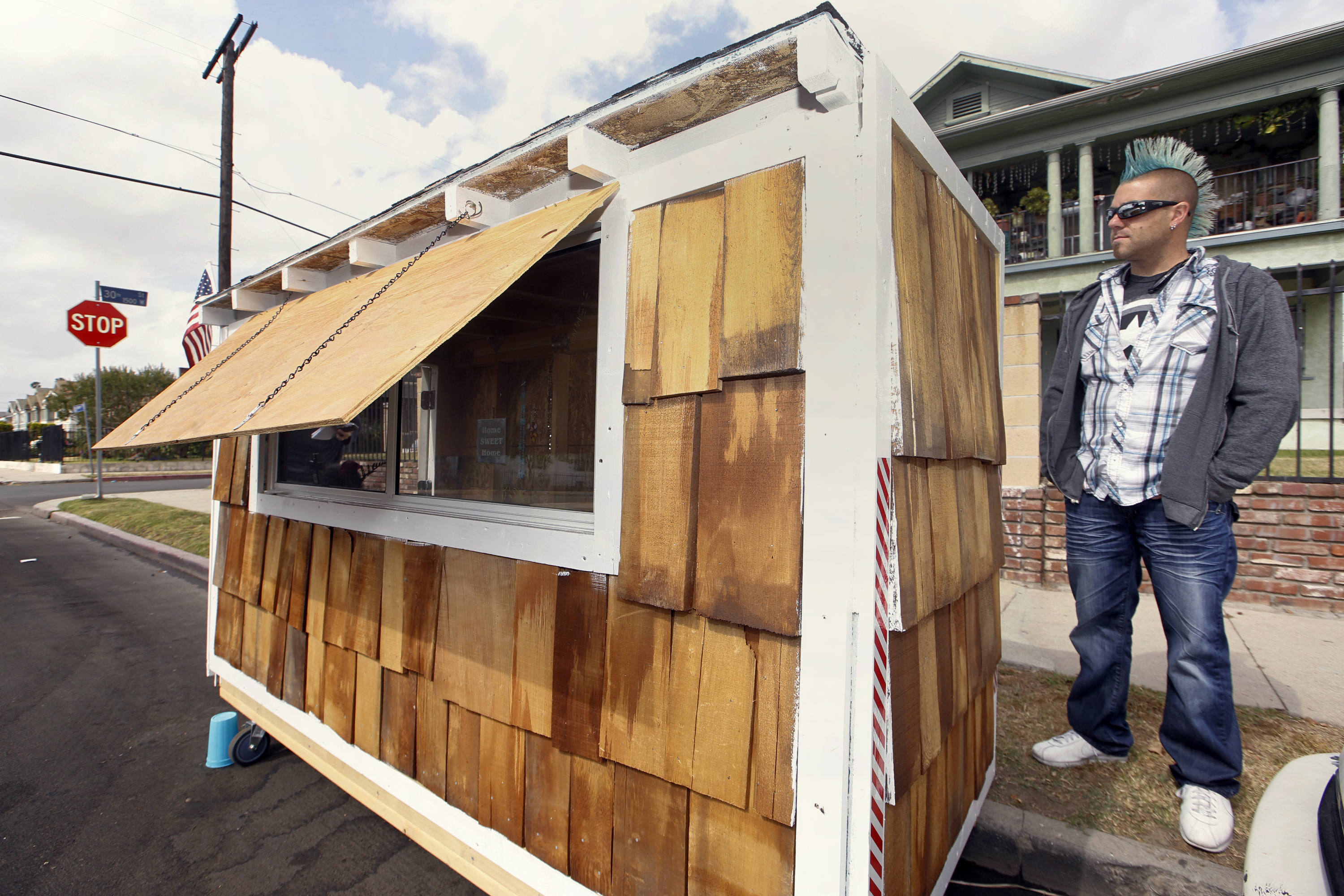 Building tiny houses into big help for los angeles for Help building a house