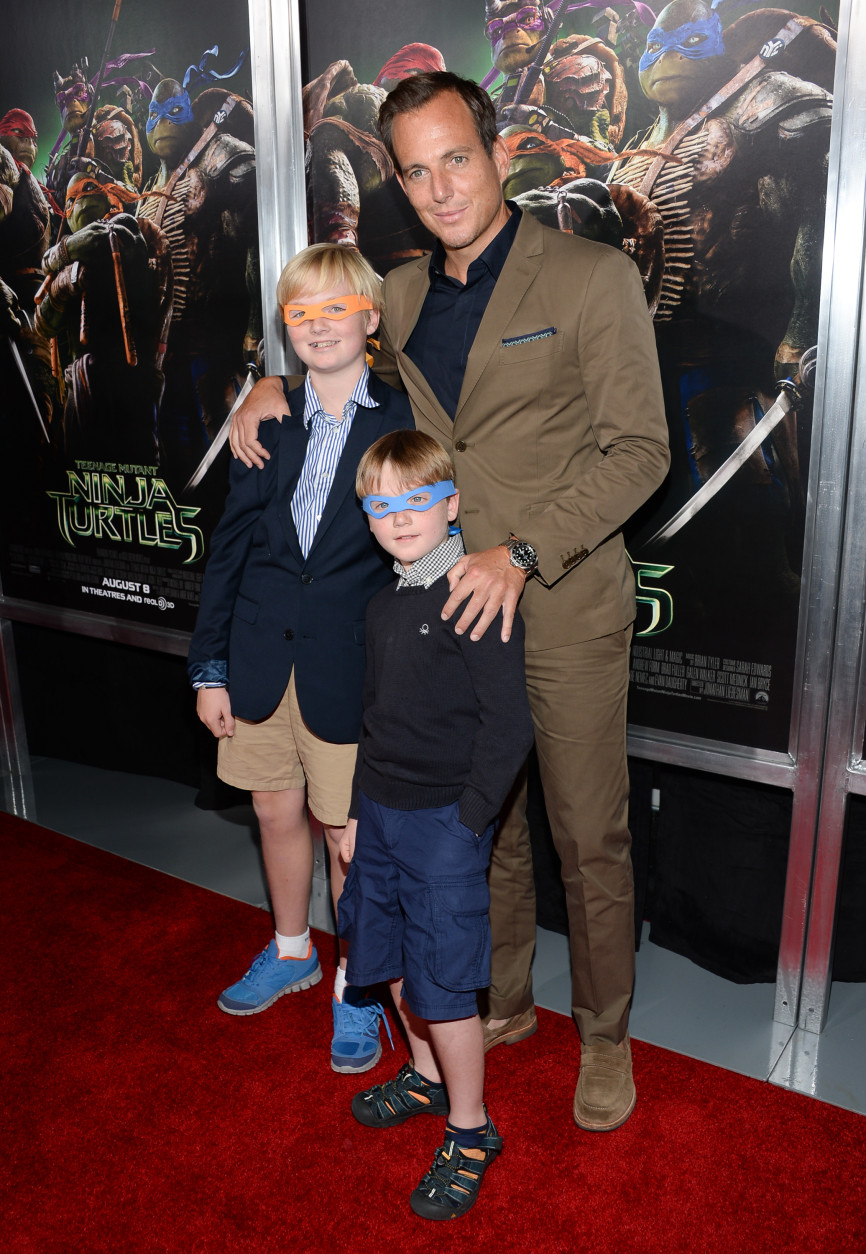 "Actor Will Arnett arrives with sons Abel Arnett and Archibald Arnett attend a special screening of ""Teenage Mutant Ninja Turtles"" at the AMC Lincoln Square on Wednesday, Aug. 6, 2014, in New York. (Photo by Evan Agostini/Invision/AP)"