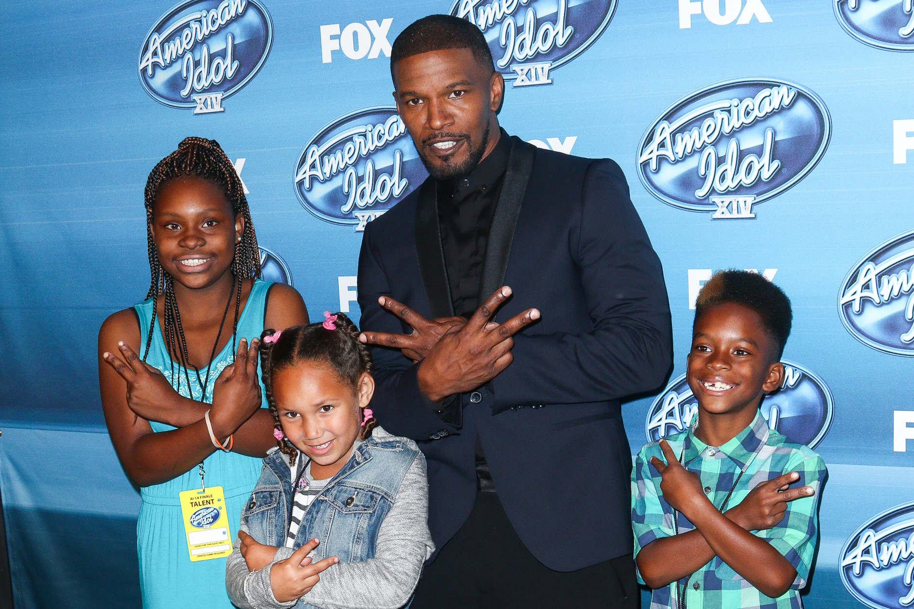 Jamie Foxx, left, and kids pose in the press room at the American Idol XIV finale at the Dolby Theatre on Wednesday, May 13, 2015, in Los Angeles. (Photo by John Salangsang/Invision/AP)