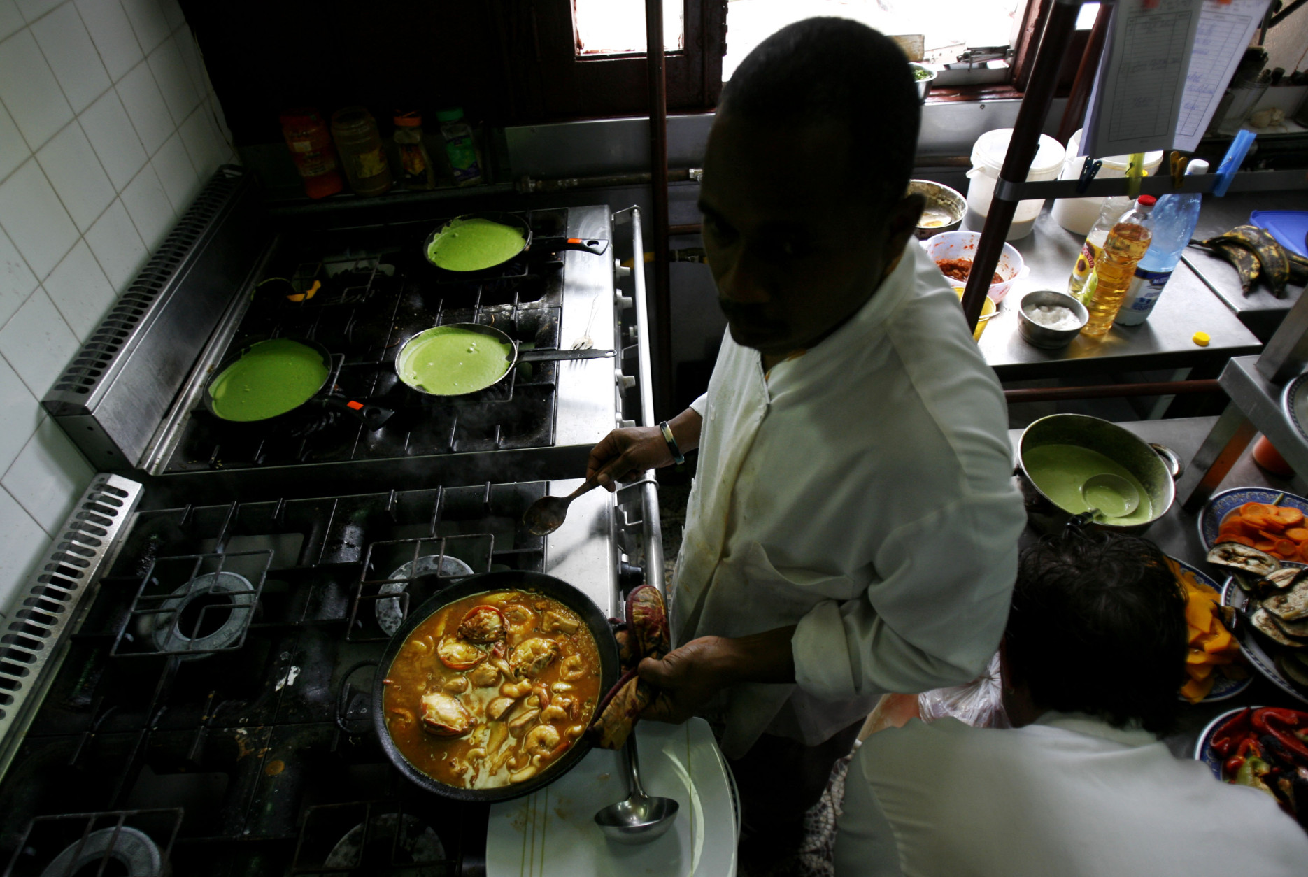 ** FOR STORY SLUGGED CUBA PALADARES **   A Cuban chef cooks paella in La Guarida, Havana's best known paladar, or private restaurant in Havana, Monday, March 10, 2008. (AP Photo/Javier Galeano)