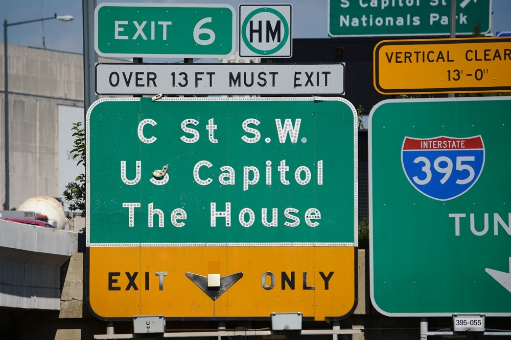Older signage indicates the exit from I-395 to C Street SW as Exit 6, the correct exit number. (WTOP/Dave Dildine)