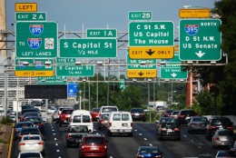 Looking eastward across the inbound lanes of the Southeast/Southwest Freeway, several signs mislabel the exit to C Street SW and the U.S. Capitol as Exit 2B. It is actually Exit 6. (WTOP/Dave Dildine)