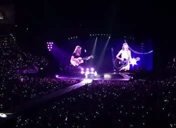 Taylor Swift rocks 'Smelly Cat' in concert with Friends' Lisa Kudrow