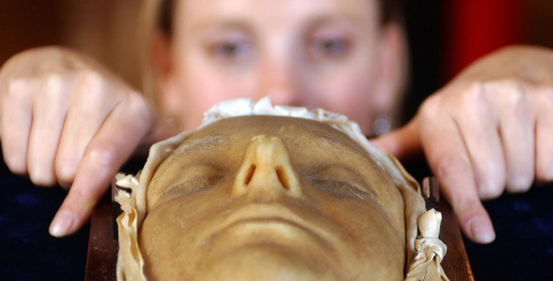 Victoria Crake, employee of auctioneers  Lyon and Turnbull, looks at the Death Mask of Mary Queen of Scots, that is on show at the auctioneers in Edinburgh,  Tuesday Aug. 1,  2006. Members of the public will be able to view the mask at the free  Edinburgh Fringe Festival exhibition which begins on August 6. (AP Photo/ Danny Lawson / PA)  **  UNITED KINGDOM OUT NO SALES NO ARCHIVE  **