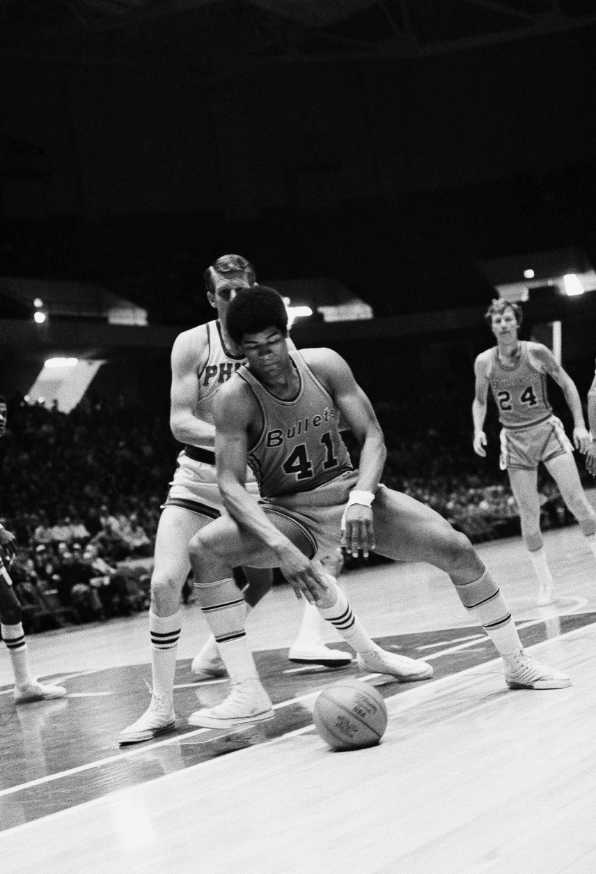 Wes Unseld (41) of the Baltimore Bullets keeps his eyes on the ball that appears to have gone flat in the first period in a game with the Philadelphia 76?ers at the Spectrum on March 2, 1970 in Philadelphia. However, was took the bounce and score a basket with a hook shot past 76?ers Darrell Imhoff in background. Philadelphia won 104-99. (AP Photo)