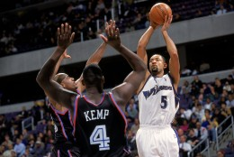Juwan Howard #5 of the Washington Wizards makes a jump shot during the game against the Cleveland Cavaliers at the MCI Center in Washington, D.C. The Cavaliers defeated the Wizards 111-103.