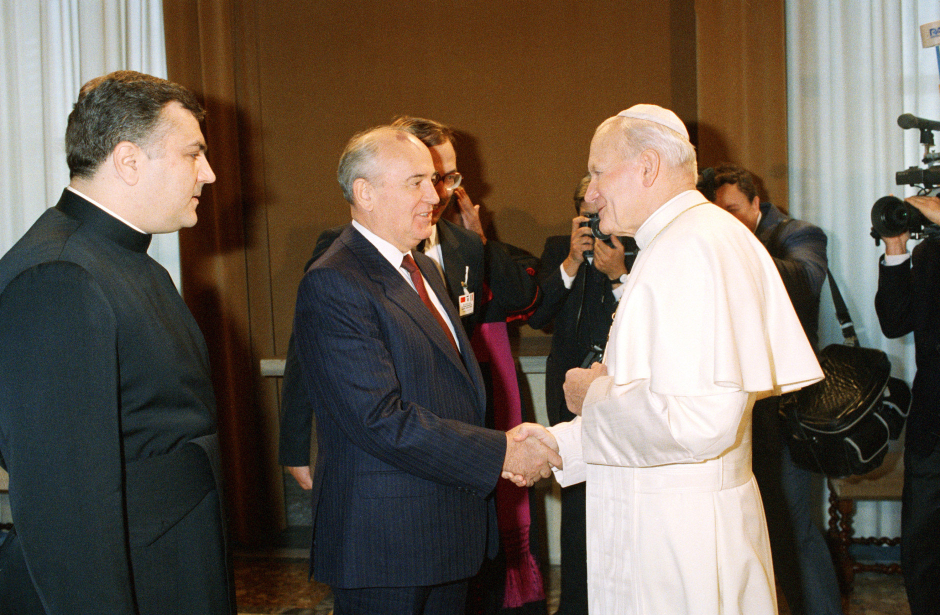 Pope John Paul II shakes hands with Soviet President Mikhail Gorbachev in the first ever meeting between a Kremlin chief and a Pontiff, at the Vatican, Friday, Dec. 1, 1989. (AP Photo/Massimo Sambucetti)