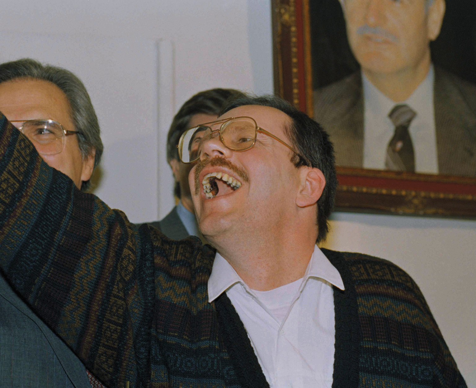 Terry Anderson, chief Middle East correspondent for the Associated Press, waves as he enters a news conference in the Syrian Foreign Ministry in Damascus, Wednesday, Dec. 4, 1991. Anderson was held captive for nearly seven years before being released on Wednesday. (AP Photo/Santiago Lyon)