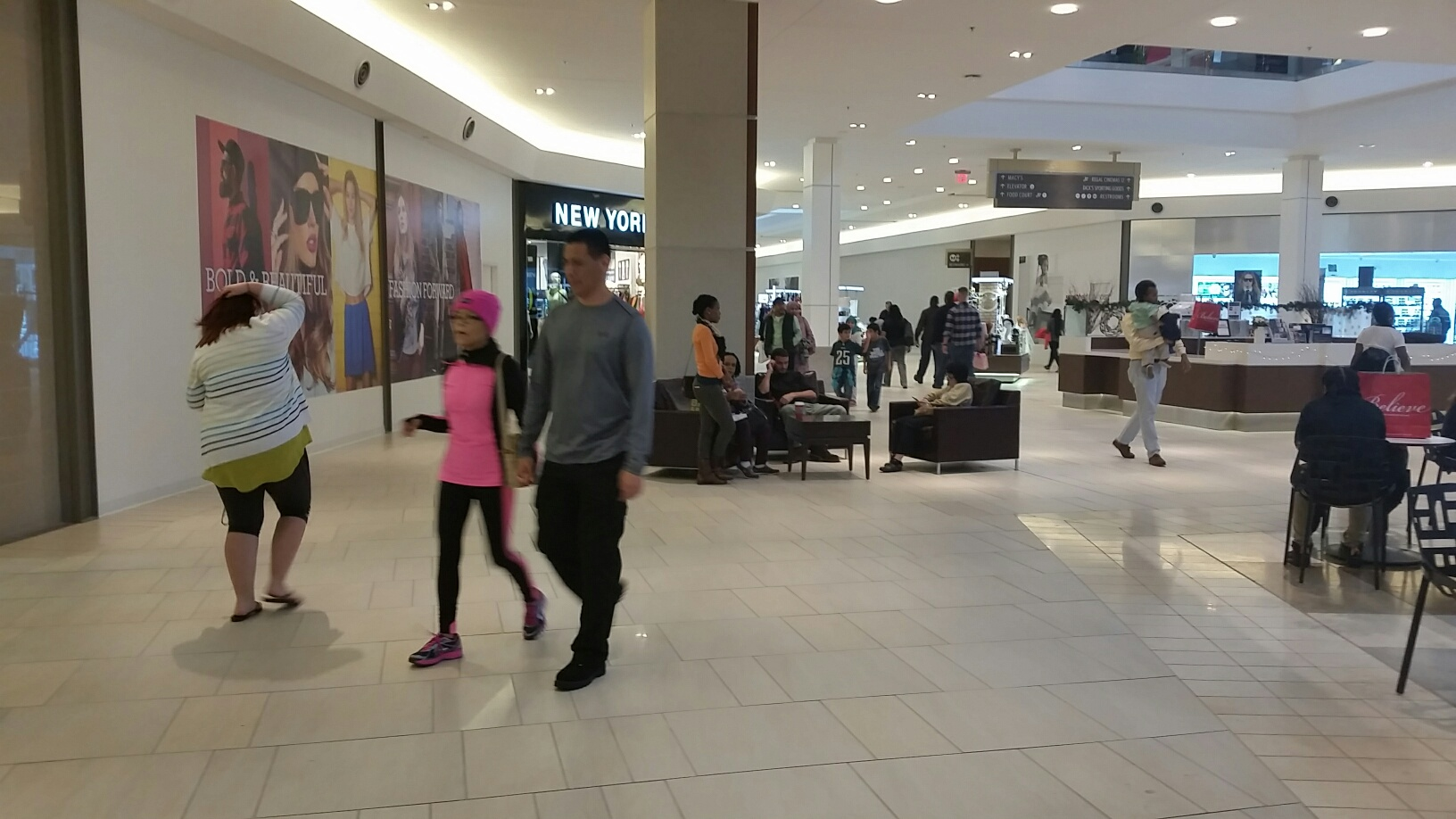 Last-minute shopping stress? Not for these Va. mall patrons