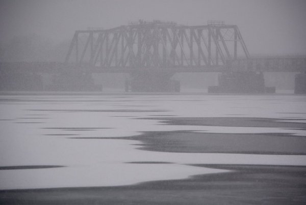 Moderate snow veils the 14th Street bridge as a major snow storm moves into the D.C.-Metro region on Friday, Jan. 22, 2016. (WTOP/Dave Dildine)
