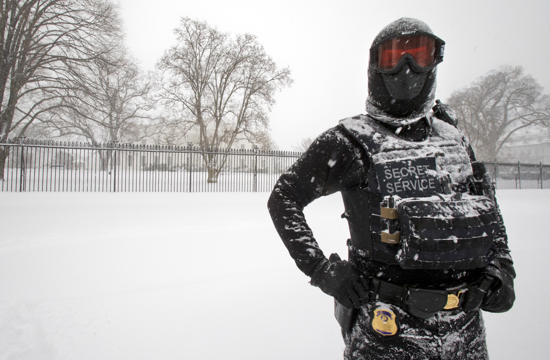 A uniformed U.S. Secret Service police officer stands guard in a knee-deep snow outside the White House in Washington, Saturday, Jan. 23, 2016.   (AP Photo/Manuel Balce Ceneta)