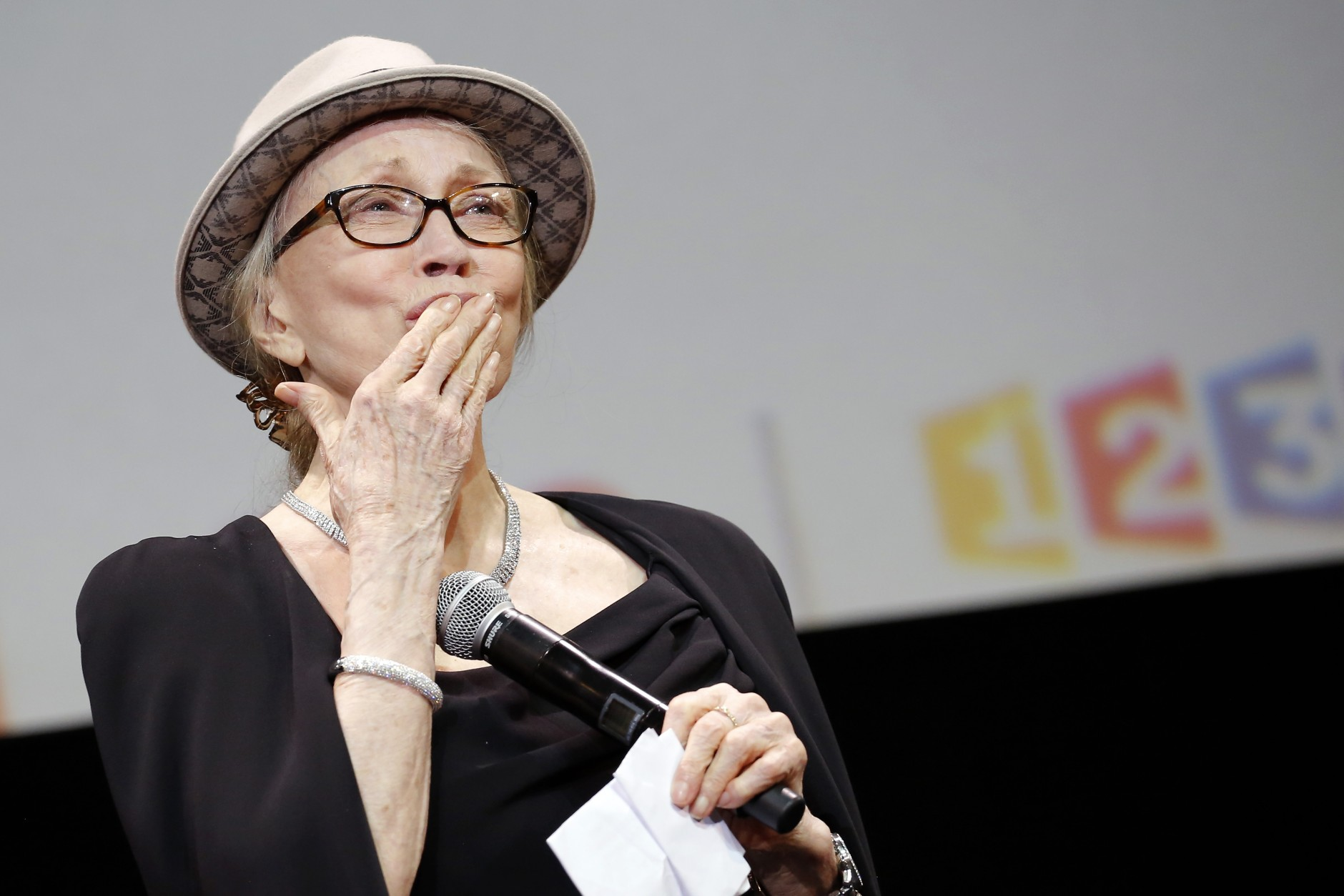 US actress Faye Dunaway blows a kiss to spectators during the opening ceremony of the 6th Lumiere Festival, in Lyon, central France, Monday, Oct. 13, 2014. (AP Photo/Laurent Cipriani)