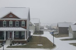 The snow collects in Aldie, Virginia. (Courtesy @trmeeze)