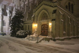 Wind and snow pelt the outside of the National Cathedral as Winter Storm Jonas moves in to D.C. (WTOP/Dana Gooley)