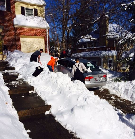 These neighbors in Bethesda, Maryland are helping each other dig out on Jan. 24, 2016. (WTOP/Dick Uliano)