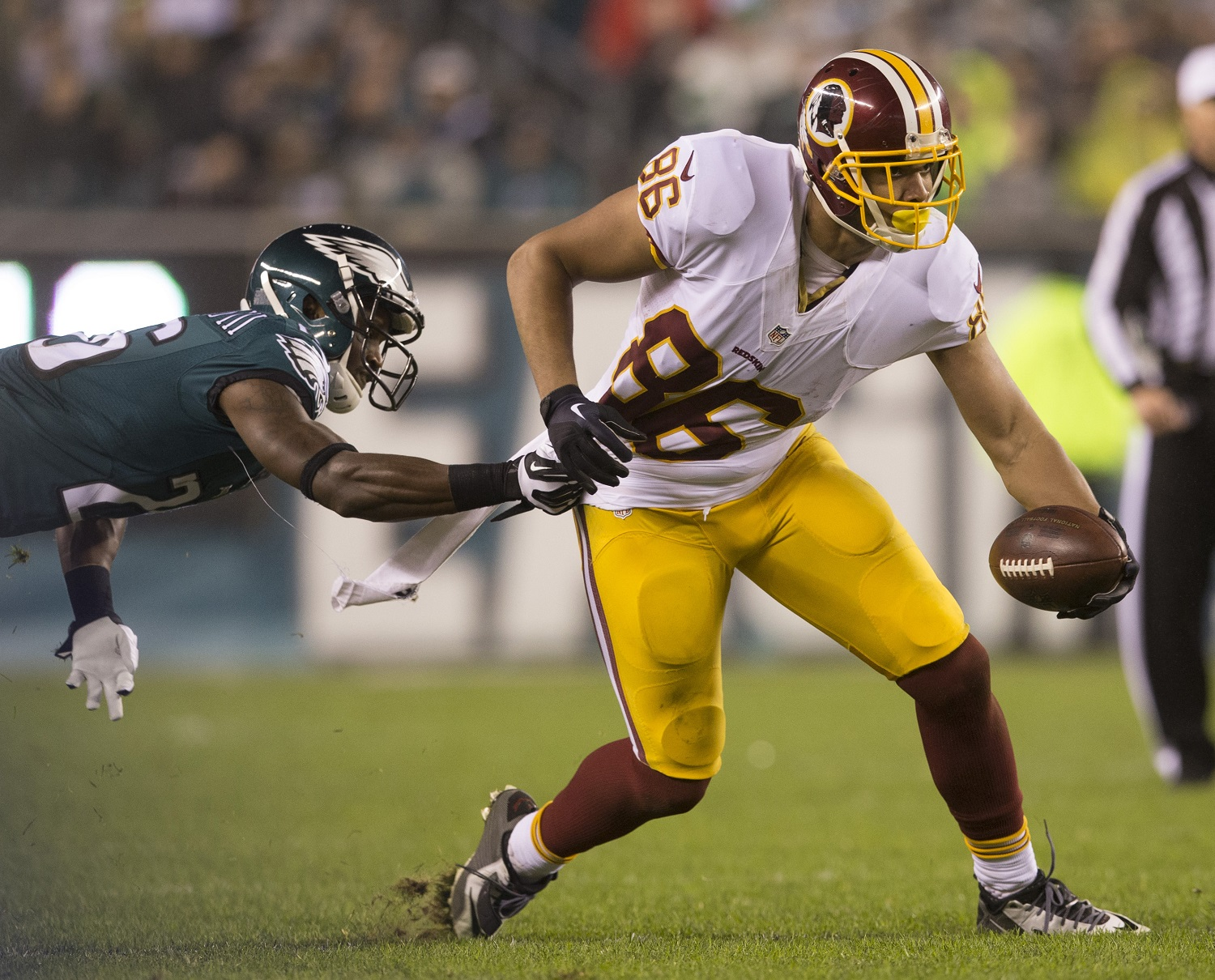 PHILADELPHIA, PA - DECEMBER 26: Jordan Reed #86 of the Washington Redskins runs past Walter Thurmond #26 of the Philadelphia Eagles on December 26, 2015 at Lincoln Financial Field in Philadelphia, Pennsylvania.  The Redskins defeated the Eagles 38-24. (Photo by Mitchell Leff/Getty Images) *** Local Caption *** Jordan Reed;Walter Thurmond