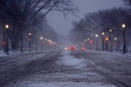 A view of Constitution Avenue, facing east, as a major snow storm moves into the D.C.-Metro region on Friday, Jan. 22, 2016. (WTOP/Dave Dildine)