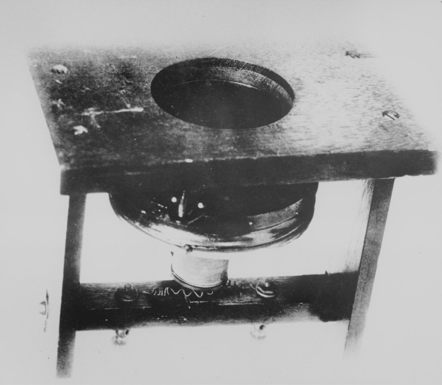 """ARCHIV: The first telephone, patented in 1876 by inventor Alexander Graham Bell (undatiertes Foto). 1861: Am 26. Oktober 1861stellt Johann Philipp Reis sein """"Telephon"""" erstmals der Oeffentlichkeit vor. Als Pruefung der Uebertragungsmoeglichkeit der Sprache auf elektrischem Weg waehlt er.den Satz: """"Das Pferd frisst keinen Gurkensalat."""" 1876: Alexander Graham Bell meldet sein Telefon, eine Weiterentwicklung des Reis'schen Apparats, zum Patent an. 1877: In Deutschland wird das erste Gespraech mit einem Bell-Apparat gefuehrt. Noch im selben Jahr produziert die Firma Siemens & Halske die ersten Telefone. (zu dapd-Text) Foto: Anonymous/AP/dapd"""