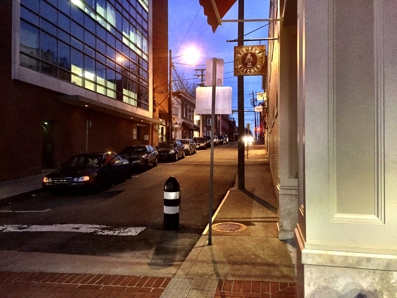 At 1:18 a.m., after leaving Tempo, Hannah Graham and Jesse Matthew walked north on 4th Street, captured by surveillance video at Red Pump Kitchen, 401 E. Main Street. As they left the view of the video camera, Matthew paused for about 10 seconds, as indicated by his shadow. It's unclear whether Graham also stopped. (WTOP/Neal Augenstein)
