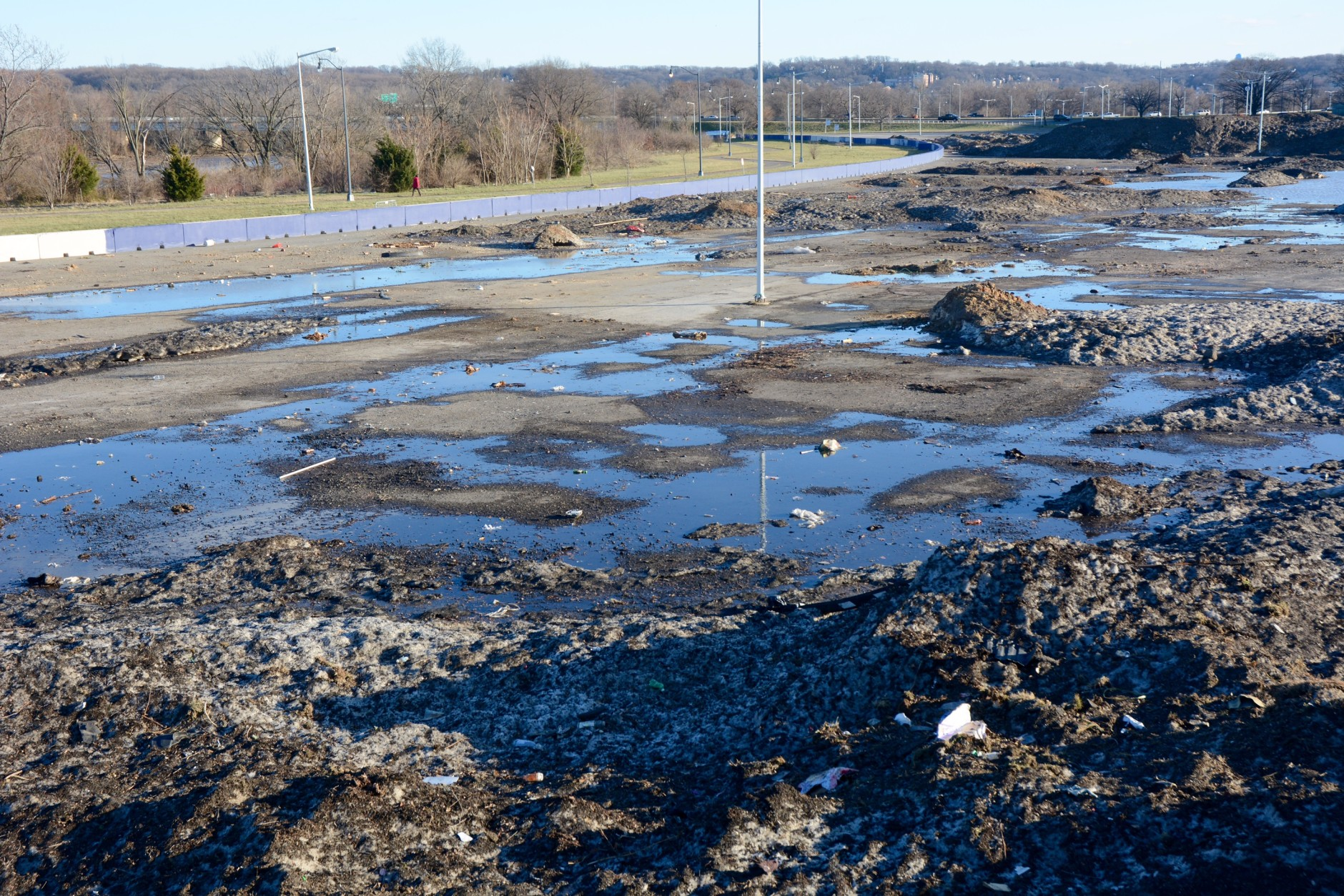 The snow mounds on the sunnier, southeastern side of the parking lot have seen the most evaporation. (WTOP/Dave Dildine)
