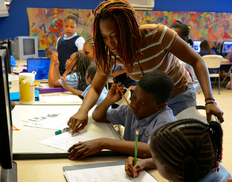 A volunteer hleps a student whith homework at Beacon House Community Ministry in Northeast D.C. (Courtesy Beacon House Community Ministry)