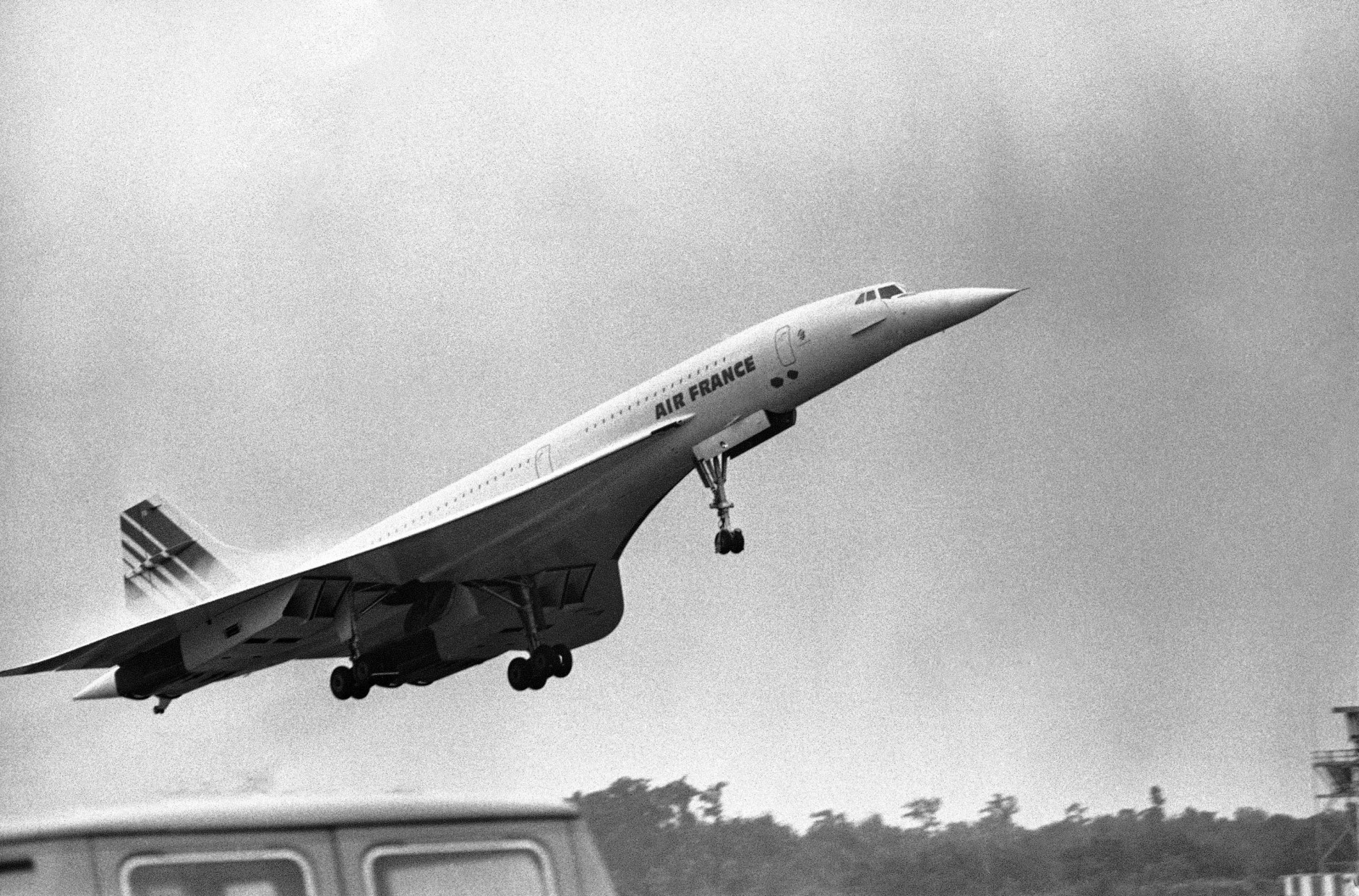 A French supersonic airliner Concorde takes off from New Orleans, Saturday, May 24, 1976, with French President Valery Giscard d'Estaing aboard returning to Paris after a US visit. Monday the controversial aircraft is scheduled to be landing at Dulles International Airport near Washington on a trial period. (AP Photo)