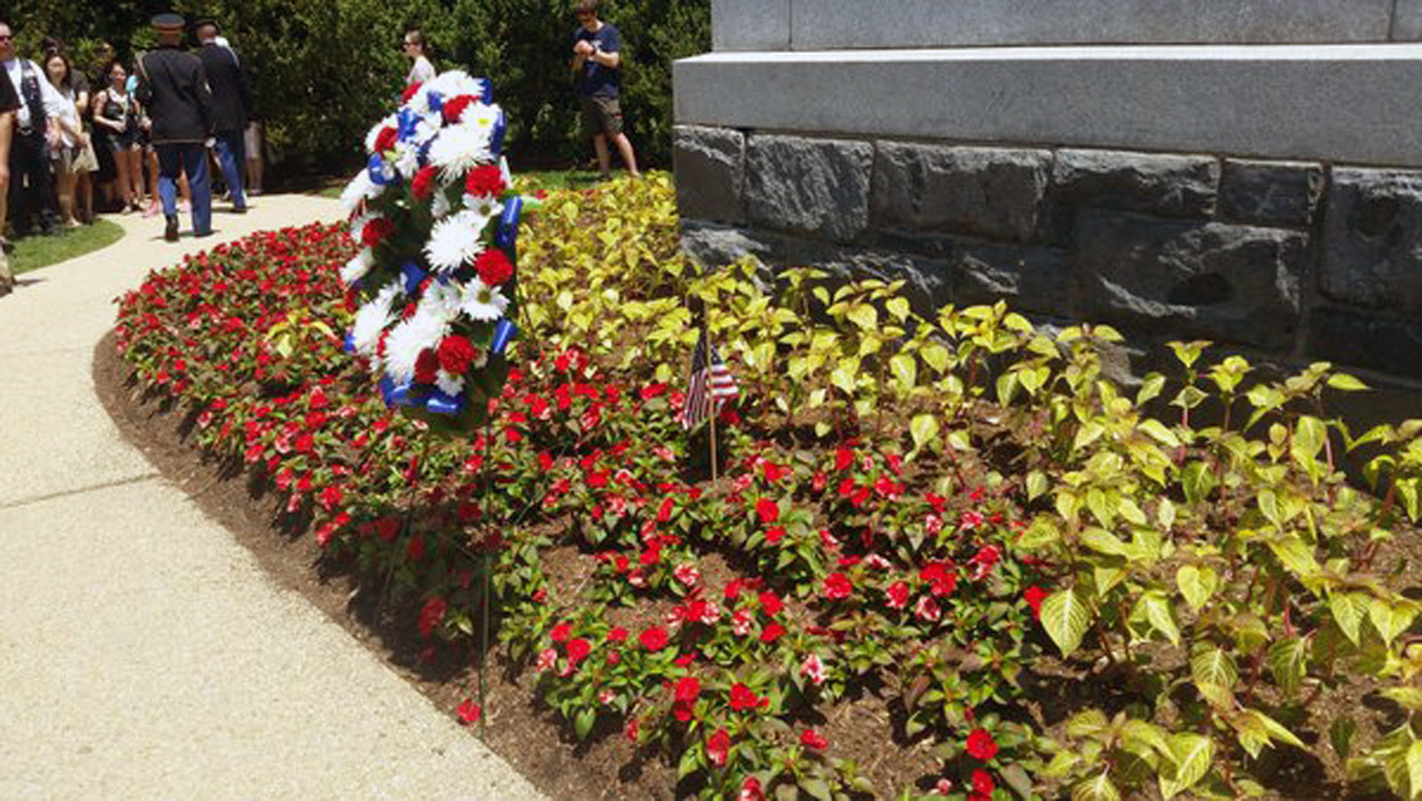 A wreath is laid for unknown Civil War soldiers. (WTOP/Allison Keyes)