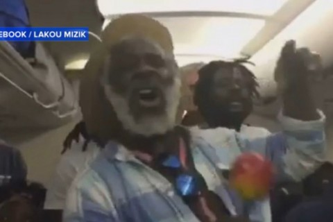 Band entertains passengers during 6 hour flight delay