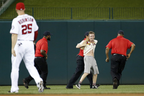 Fan makes it to field at Nats Park