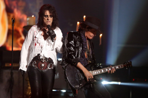 Guitarist Joe Perry falls ill on stage, leaves show (Video)
