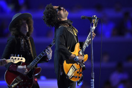 Singer Lenny Kravitz performs during the third day of the Democratic National Convention in Philadelphia , Wednesday, July 27, 2016. (AP Photo/Mark J. Terrill)