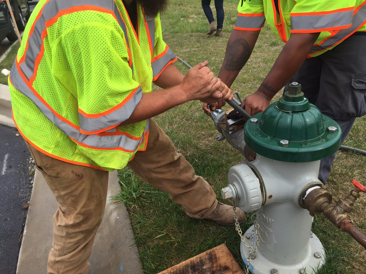 WSSC crew demonstrates how easily crooks can steal water from hydrants. (WTOP/Neal Augenstein)