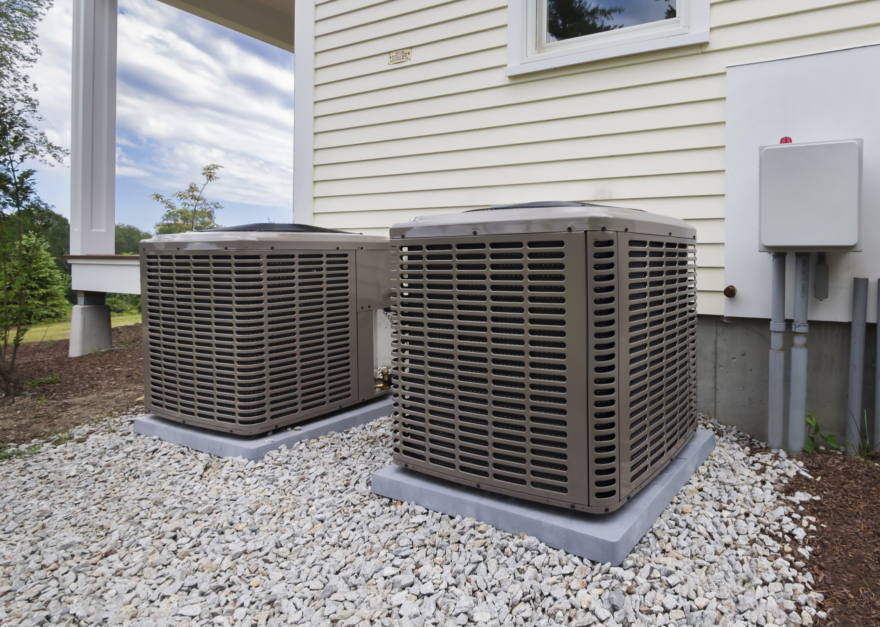 Keeping cool in the extreme heat doesn't have to cost a lot. (Getty Images)