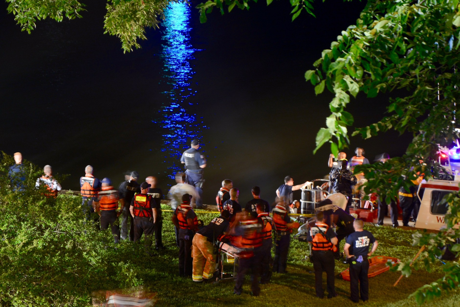 D.C. Fire and EMS search for a car that crashed into the Potomac River Saturday night near the Roosevelt Bridge with two occupants still trapped inside. (WTOP/Dave Dildine)