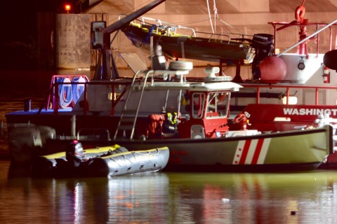 2 dead, 1 hospitalized after car plunges into Potomac River