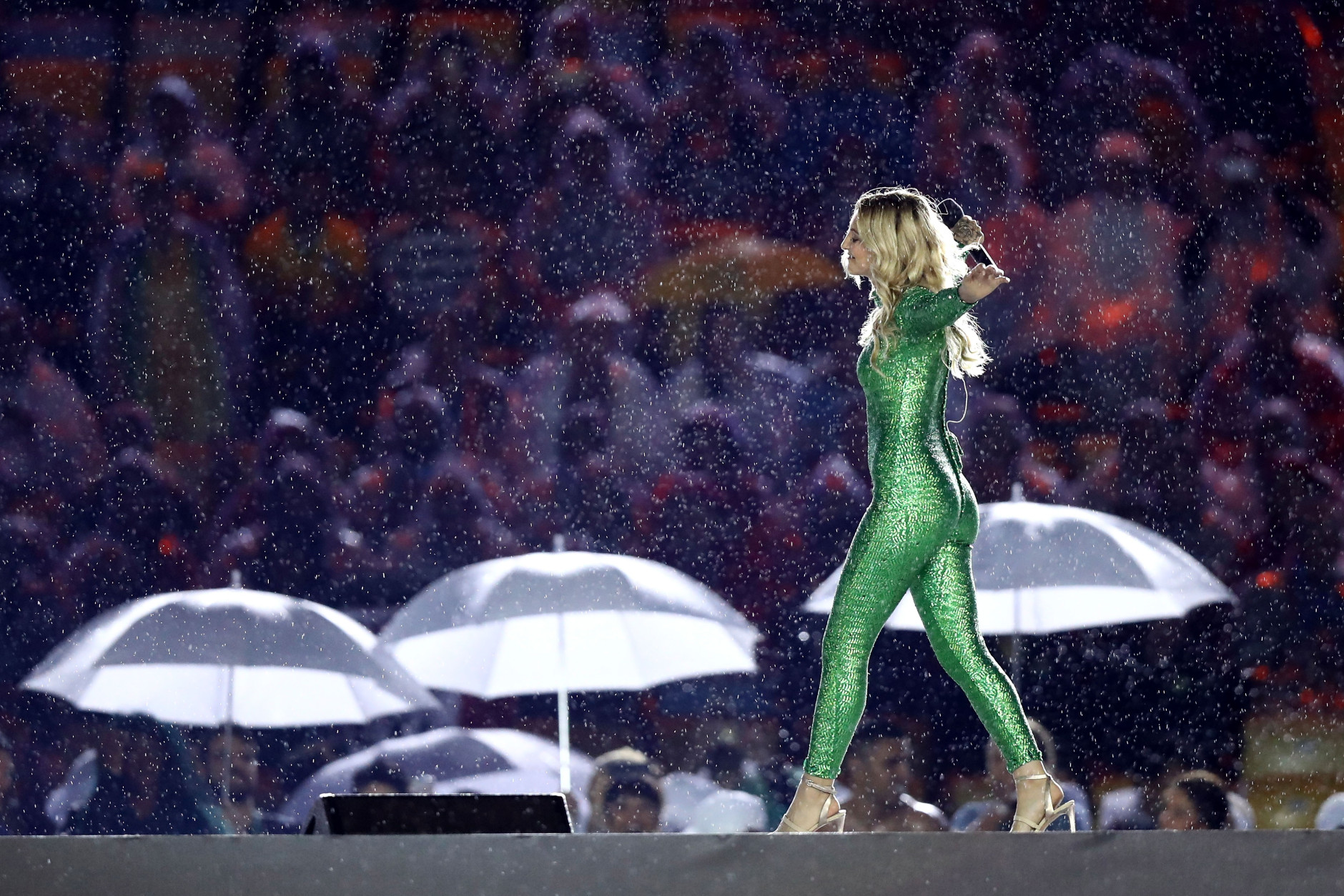 """RIO DE JANEIRO, BRAZIL - AUGUST 21: Singer-songwriter Julia Michaels perform the song """"Carry Me"""" during the Closing Ceremony on Day 16 of the Rio 2016 Olympic Games at Maracana Stadium on August 21, 2016 in Rio de Janeiro, Brazil.  (Photo by Ezra Shaw/Getty Images)"""