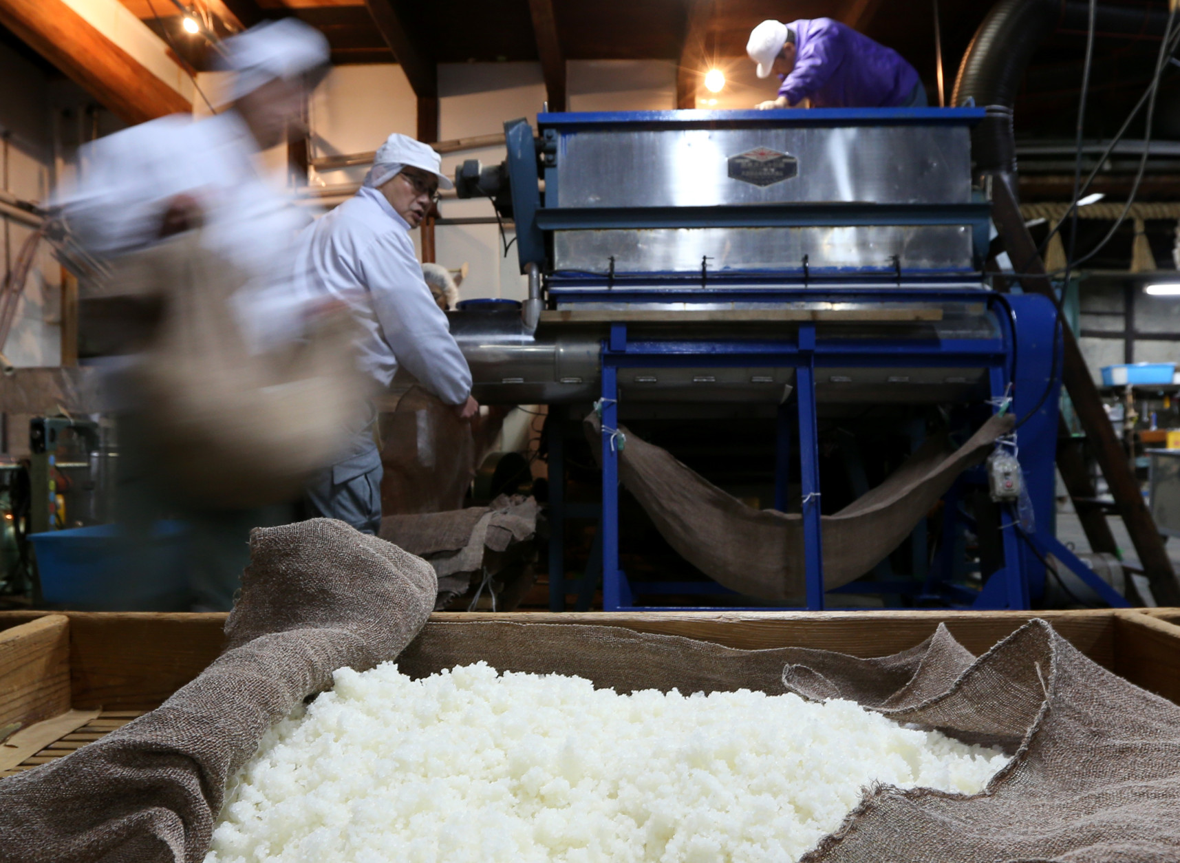 HIMEJI, JAPAN - JANUARY 24:  Japanese sake brewery workers transport steamed rice to put to in sake barrels for fermenting at Tanaka Sake Brewery on January 24, 2014 in Himeji, Japan. Japanese Prime Minister Shinzo Abe targets 60 billion yen by 2020, a fivefold increase in rice-based product exports including sake.  (Photo by Buddhika Weerasinghe/Getty Images).  (Photo by Buddhika Weerasinghe/Getty Images)