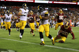 LANDOVER, MD - SEPTEMBER 12: Running back DeAngelo Williams #34 of the Pittsburgh Steelers scores a fourth quarter touchdown past defensive back David Bruton #30 of the Washington Redskins at FedExField on September 12, 2016 in Landover, Maryland. (Photo by Patrick Smith/Getty Images)
