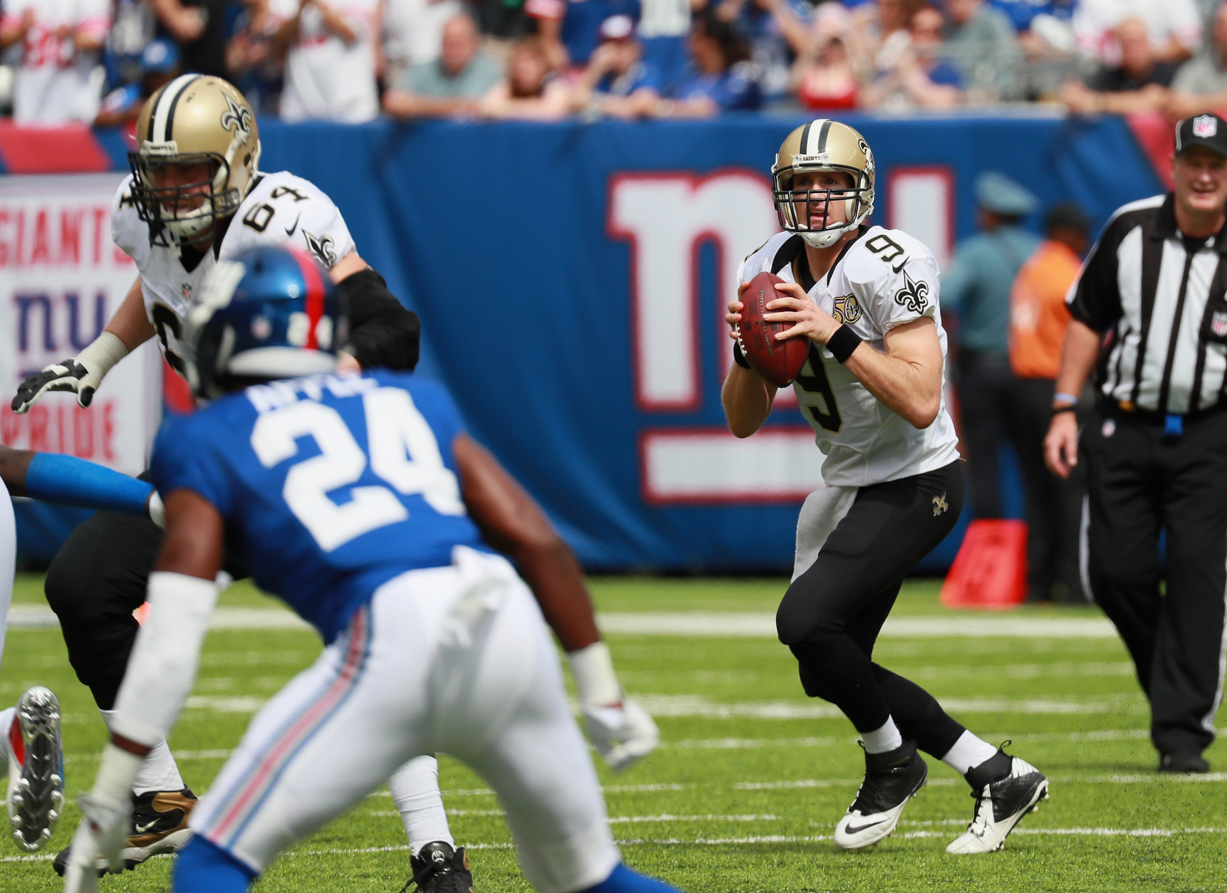 EAST RUTHERFORD, NJ - SEPTEMBER 18: Quarterback  Drew Brees #9 of the New Orleans Saints looks to pass against the New York Giants  during the first quarter at MetLife Stadium on September 18, 2016 in East Rutherford, New Jersey.  (Photo by Michael Reaves/Getty Images)