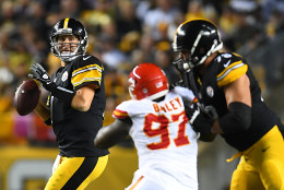 PITTSBURGH, PA - OCTOBER 02:  Ben Roethlisberger #7 of the Pittsburgh Steelers looks to pass in the second half during the game against the Kansas City Chiefs at Heinz Field on October 2, 2016 in Pittsburgh, Pennsylvania. (Photo by Joe Sargent/Getty Images)