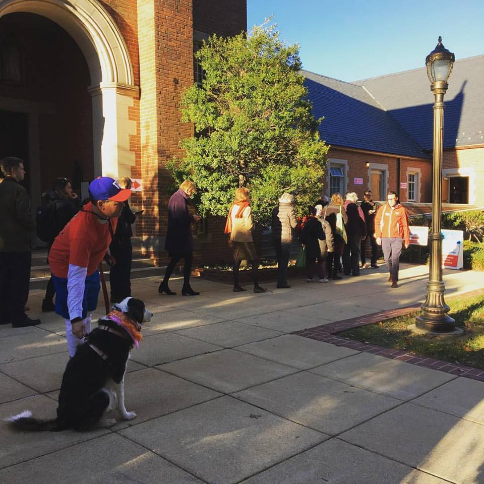 The lines are growing in Northwest D.C. as voters wait to cast their ballots in Cathedral Heights. (WTOP/Hanna Choi)