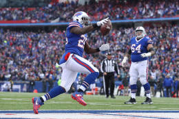 ORCHARD PARK, NY - NOVEMBER 27: LeSean McCoy #25 of the Buffalo Bills celebrates as he scores a touchdown in the second quarter during NFL game action against the Jacksonville Jaguars at New Era Field on November 27, 2016 in Orchard Park, New York. (Photo by Tom Szczerbowski/Getty Images)
