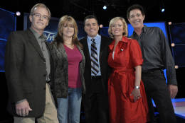 "FILE - In this Oct. 13, 2008 file photo, original cast members of ""The Brady Bunch,"" from left, Mike Lookinland, Susan Olsen, Christopher Knight, Eve Plumb and Barry Williams pose on the set of ""Trivial Pursuit: America Plays.,"" in Los Angeles. Florence Henderson, who went from Broadway star to become one of America's most beloved television moms, died, Thursday, Nov. 24, 2016, in Los Angeles. She was 82.  (AP Photo/Chris Pizzello, File)"