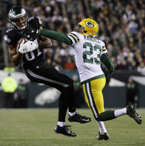 Rodgers shows leadership skills on field, leads Pack to win