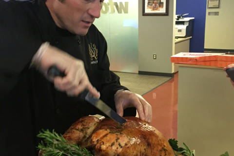 How to carve a 30-pound Thanksgiving turkey in under 5 mins. (Video)